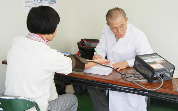 健康チェックをするドクターL.飯島昭三