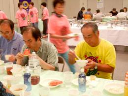 参加者の中に入って一緒に食事をする小田切ZC
