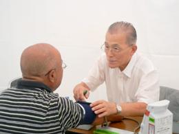 献血前の診断をする飯島ライオン