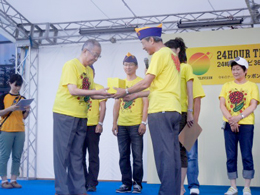 ステージ上で徳武会長と司厨士協会有志の会代表の遠藤氏の2人がテレビ信州の辻社長に募金を手渡しました。